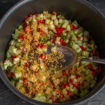 Перекладываем салат в кастрюлю, добавляем зерновую горчицу, нагреваем до кипения и вливаем уксус