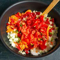 Режем помидоры мелко, кладём в сковороду