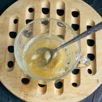 Vierta la gelatina en polvo con agua, déjela por 20 minutos.