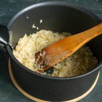 Посыпаем лук чайной ложкой соли и перчим, обжариваем 10 минут на умеренном огне