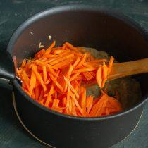 Добавляем порезанную тонкой соломкой морковь