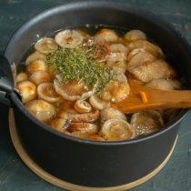 Насыпаем в суп сушеный укроп, нагреваем до кипения и готовим на тихом огне 40 минут