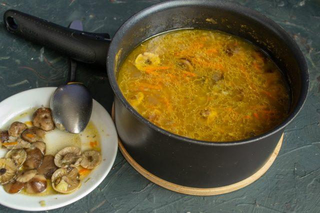 Готовый суп снимаем с огня, часть грибов достаём из кастрюли шумовкой