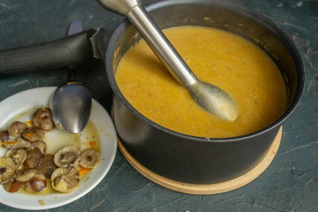 Измельчаем грибной суп блендером, возвращаем на плиту и нагреваем почти до кипения