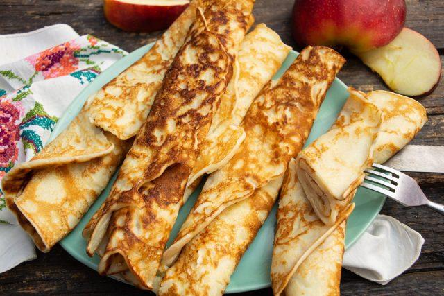 Нежные яблочные блины с маслом и сгущенкой