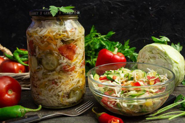 Овощной салат «Огород» с капустой, огурцами и помидорами на зиму