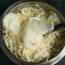 Нарезаем сладкий белый лук, добавляем к капусте