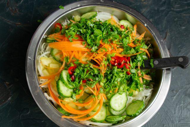 Добавляем морковь, зелень и перец чили