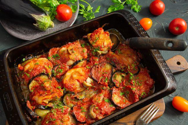 Сочная курица с баклажанами и помидорами в духовке