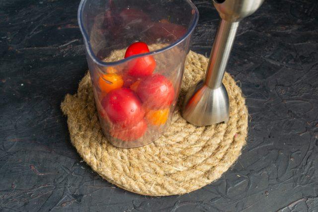 Измельчаем томаты с приправами