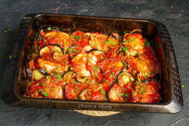Сочная курица с баклажанами и помидорами в духовке готова
