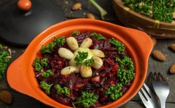 Постный салат из свёклы с черносливом и миндалём