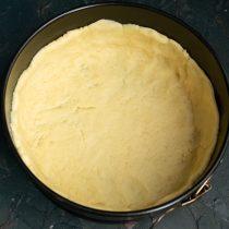 Раскатываем тесто для основы и выкладываем в разъёмную форму