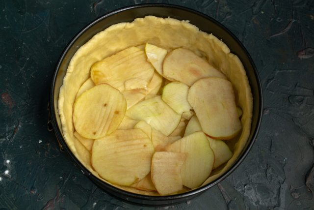 Выкладываем в форму слой нарезанных яблок